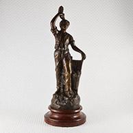 Escultura Antiga - Vindima - Homem Tendo um Racimo de Uva